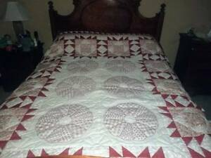 QUEEN HANDMADE RED / WHITE QUILT BEAUTIFUL WITH LOTS OF DETAIL