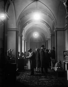 Buyers examine the many marble sculptures at Lansdowne House 1930 OLD PHOTO AU $8.50