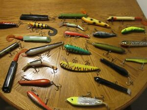 VINTAGE MUSKY BASS LURES LOT OF 25 WOOD AND PLASTIC        A