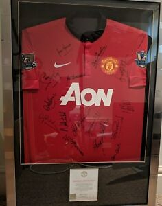 Manchester United - Signed 2013-14 home shirt and ball