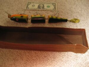 VINTAGE OLD WOODEN BAIT CO MUSKIE LURE LEVIATHAN.PRISTINE CONDITION ..MODEL 1402