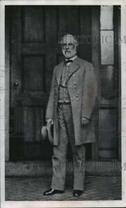 1992 Press Photo Robert E. Lee standing  in front of a building hat in hand