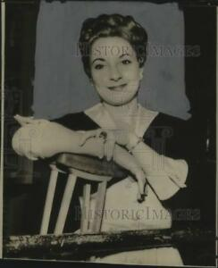 1954 Press Photo Singer Toni Lee Stands with Crutches outside Courtroom