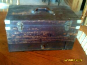 VINTAGE 1950 WOOD FISHING BAIT TACKLE BOX WITH DRAWER AND 50 LURE SLOTS