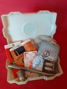 VINTAGE DECO STYLE KLEENEZE PLASTIC BOX WITH OLD SEWING ITEMS INSIDE GBP 12.00
