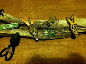 OLD VINTAGE FISHING LURES TACKLE COLLECTION RUBBER FROGS WOOD DISPLAY BASS BAIT