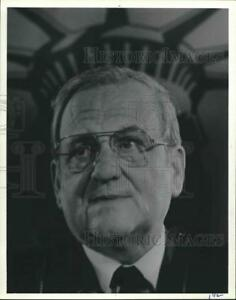 1985 Press Photo Lee Iacocca standing before a picture of the Statue of Liberty