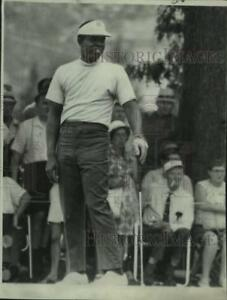 1969 Press Photo Lee Elder stands with his club during golf play - lrs01590