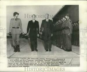 1955 Press Photo Presidents Eisenhower amp; Petitpierre by Swiss guards in Geneva