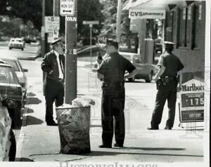 1990 Press Photo Albany Police Investigate Home and City Robbery New York $12.88