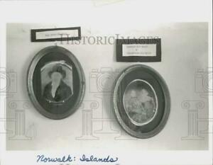 1990 Press Photo Antique Portraits at Sheffield Island Lighthouse in Norwalk $15.88