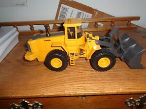 1 32 NEW RAY PLASTIC L220E VOLVO WHEEL LOADER WITH NO PACKAGING # 95 $28.95