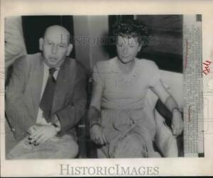 1947 Press Photo Hans Eisler and his wife wait to be served arrest warrants