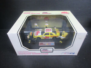 1994 Racing Champions 1:43 scale Nascar Ernie Irvan Pit Stop Show Case