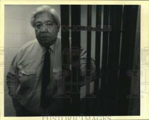 1992 Press Photo Jefferson Parish Sheriff Harry Lee stands at a jail cell