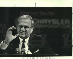 1984 Press Photo Lee Lacocca speaks emphasizing a point with his hand