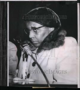 1954 Press Photo Mrs. Annie Lee Moss shies at witness stand while testifying