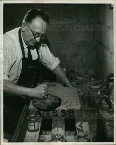 1961 Press Photo Brandt prepared the surface of the lithographic stone $19.99