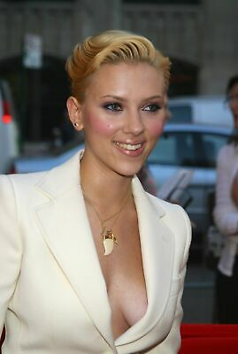 A Scarlett Johansson Smiling With Short Blond Hair 8x10 Picture Celebrity Print