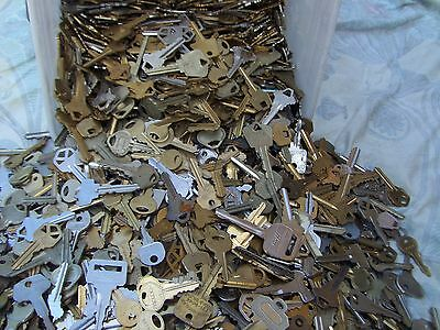 Lot of  Misc Keys 1-5 Pounds LBS  HOUSECARS-  Some old     Arts    Crafts