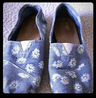 Womens TOMS shoes Size 7 Denim Blue With White Daisies