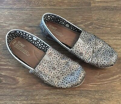 Womens Toms Shoes Size 8-5 Silver Gray Glitter Print Pre-Owned Great condition