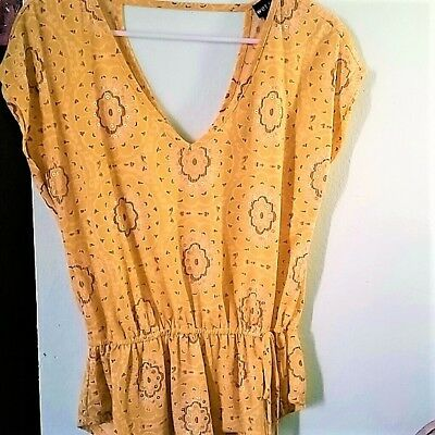 EUC Wet Seal Womens Short Sleeve SUMMER Shirt Top Yellow Gold Floral V-Neck XS