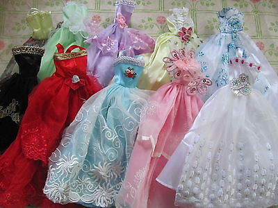 lot barbie doll clothes dresses accessories 10 dresses 10 hangers 10 shoes NEW 1