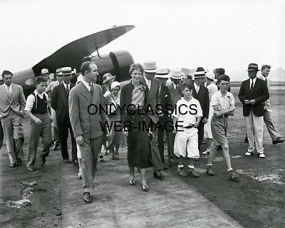 AMELIA EARHART ATTRACTS A CROWD AIRPLANE PIONEER PHOTO AVIATION RECORD HOLDER