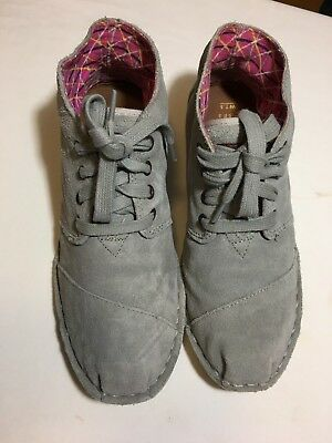 TOMS FABRIC LACE UP  SHOES SIZE 7-5 COLOR GRAY USED LITTLE