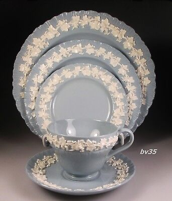 WEDGWOOD QUEENSWARE CREAM COLOR on LAVENDER SHELL 5 piece PLACE SETTINGS - MINT