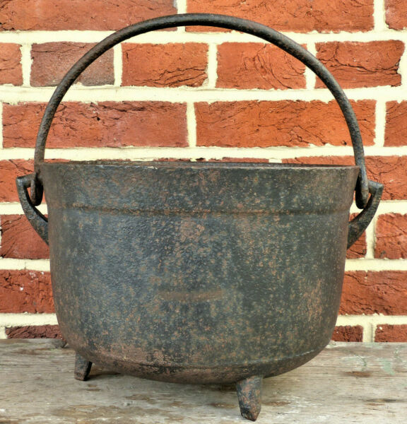 ANTIQUE 18th EARLY 19th C CAST IRON 2 GAL Tripod HEARTH COOKING KETTLE GATE MARK