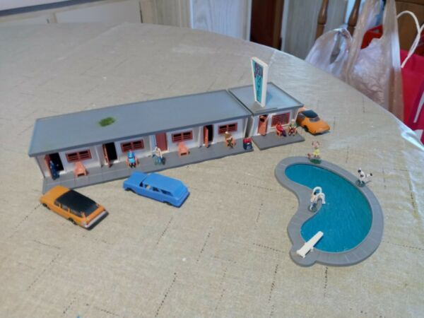 HO SCALE SIESTA MOTEL WITH POOL PEOPLE FIGURES AND VEHICLES. NICE DETAIL $17.95