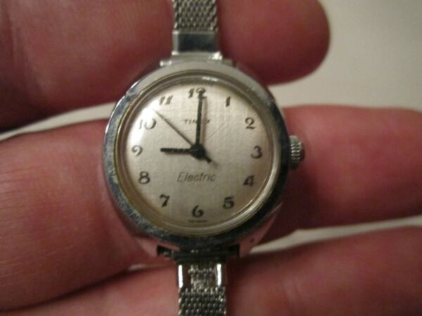 VINTAGE LADIES#x27; TIMEX ELECTRIC NOT WORKING THICK CASE BBA 19 $41.25