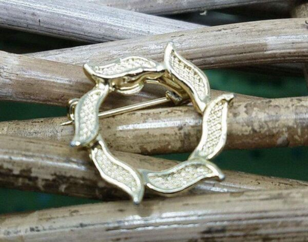 Vintage Gerrys Laurel Wreath Gold Tone Pin Brooch Small but Simple Stand Out $6.95