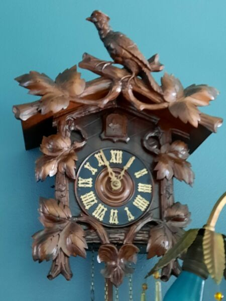 LG. OLD ANTIQUE GERMAN BLACK FOREST FULL BIRD CREST CUCKOO CLOCK EARLY 1900#x27;s