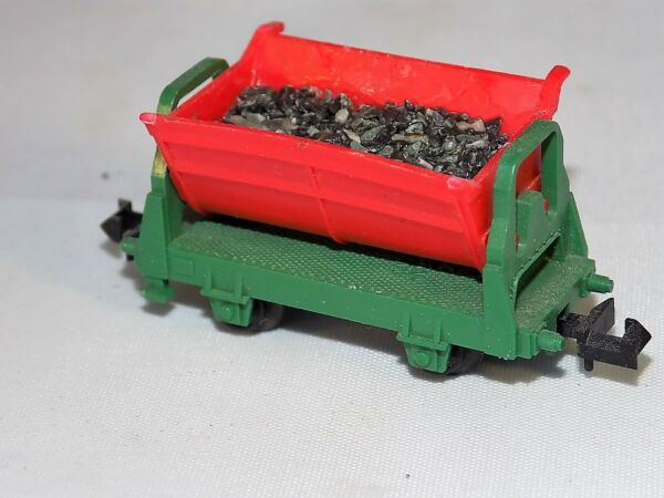 N Scale Trix minitrix Red & Green Open Sided Dump Cart with Coal Load