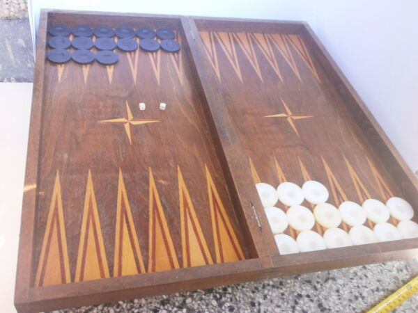 ANTIQUE VINTAGE WOODEN BOX  BACKGAMMON -  CHESS and 30 BAKELITE  PIECES  - RARE