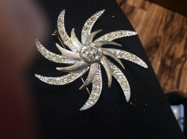 VINTAGE SARAH COVENTRY STAR BURST TWO TONE RHINESTONE BROOCH