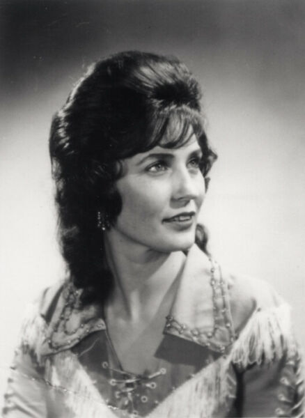 A Loretta Lynn Black And White Looking Away 8x10 Picture Celebrity Print