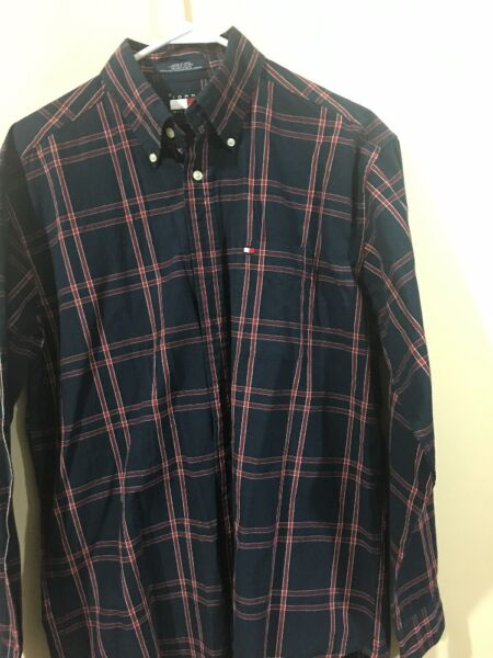 Tommy Men#x27;s Size Medium Button Down Shirt $18.99