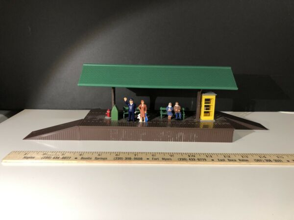 Train Station Platform with 4 Figures Model Power 6358  O Scale