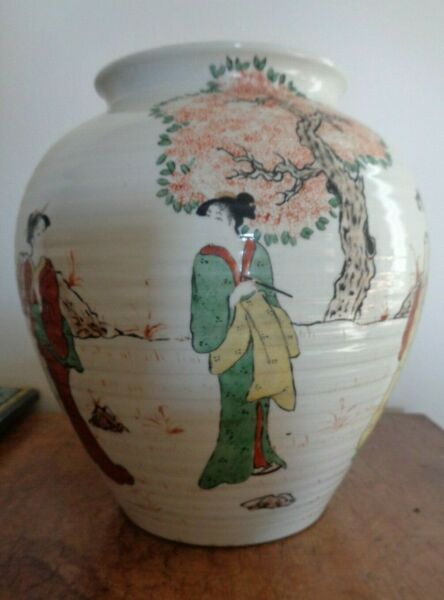 Unusual Kutani vase signed fine quality
