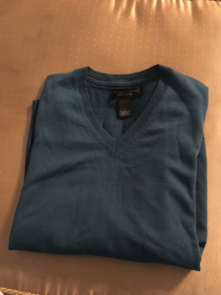 BLOOMINGDALES THE MENS STORE LIGHTWEIGHT V NECK SWEATER