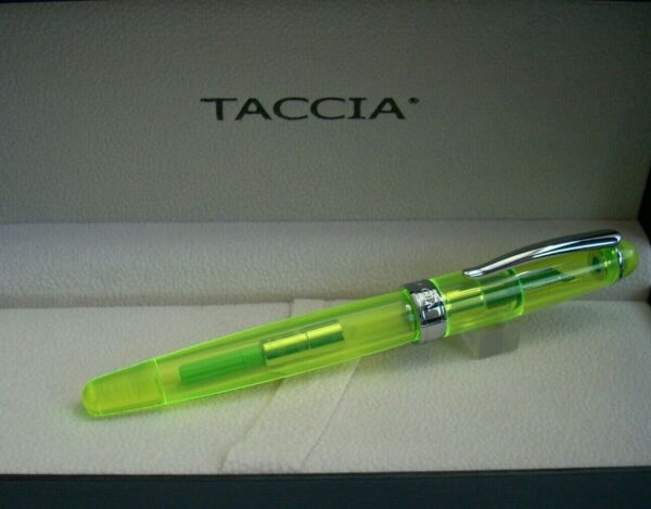 TACCIA SPOTLIGHT NEON GREEN FOUNTAIN PEN