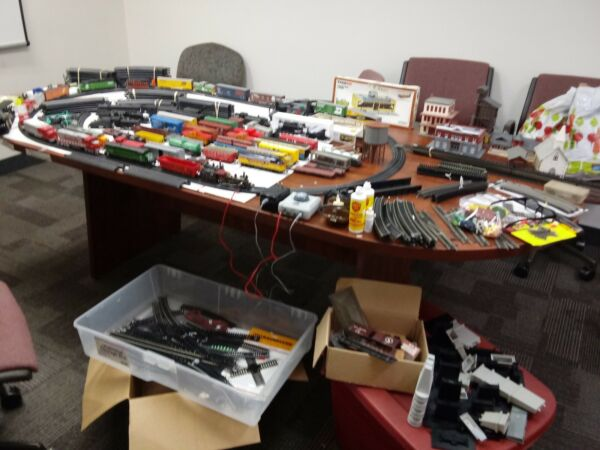 HUGE MIXED LOT HO SCALE TRAIN SETENGINESCARSTRACKNEW LOWER PRICES