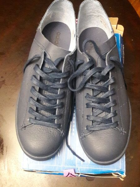 NEW  ADIDAS STAN SMITH LEATHER SIZE 10.5 (MEN) NAVY SHOES (FREE SHIRT)