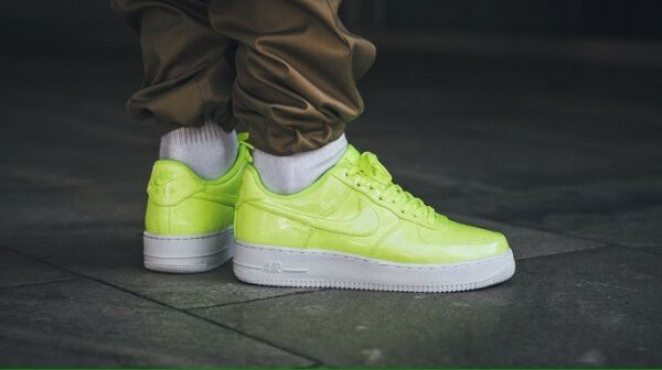 NIKE AIR FORCE 1 '07 LV8 UV Cyber MEN'S COMFY SHOES LIFESTYLE SNEAKERS SIZE 8 US