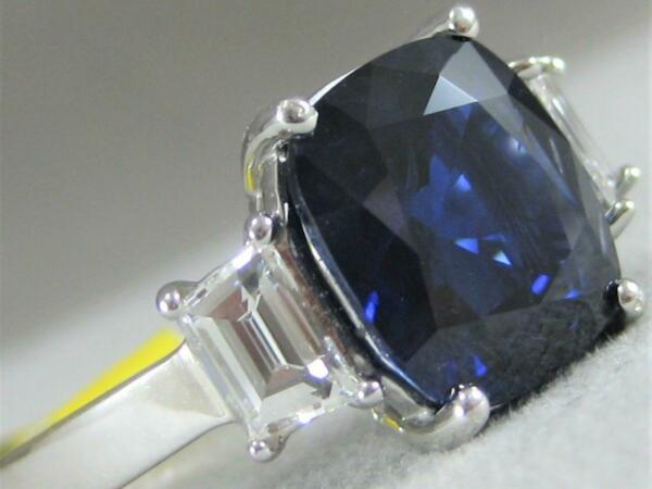 MODERN 5.93CTW DIAMOND SAPPHIRE 18K GOLD CUSHION 3 STONE ENGAGEMENT RING E1373.4