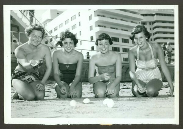 SEXY ORIGINAL ACME NEWSPICTURES PIN-UP PHOTO SWIMSUIT BEACH EGG ROLLING VF c1950